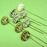 serie spelden met diamant en robijn uitgevoerd in goud