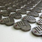 pins voor behulpzamheid met de gravure gericht naar de ontvanger