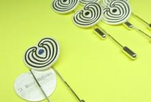 Mooie zilveren serie spelden voor de Soroptimisten met verschillende varianten door toevoeging steentje en gravures.