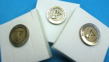 NKC reikt pins uit voor winnaars!